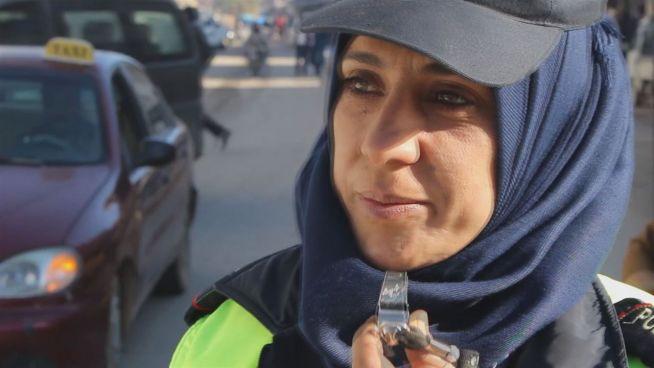 Nach dem IS: Die 1. Verkehrspolizistin in Manbidsch