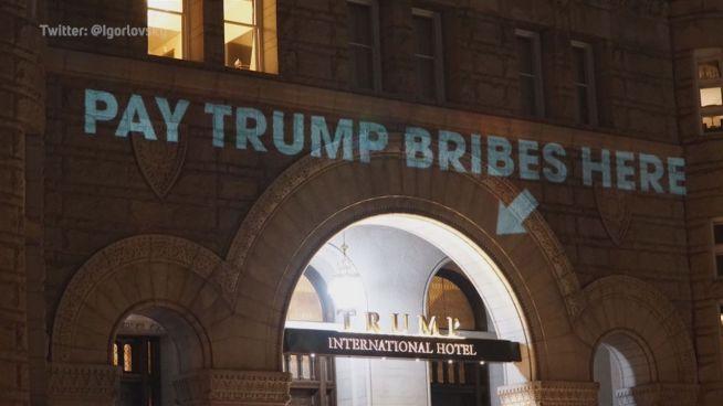 Leuchtende Kritik: Trumps Hotel angestrahlt