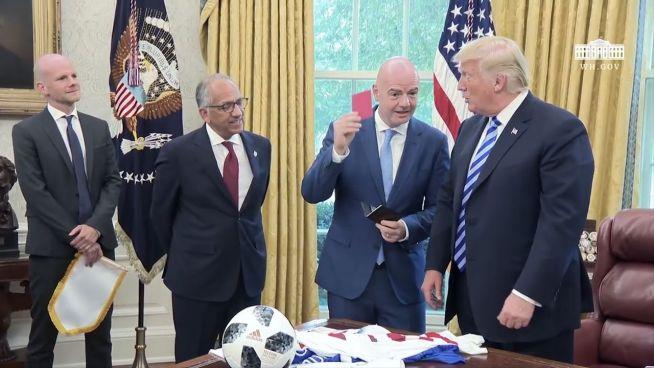 Im Weißen Haus: Infantino zeigt Donald Trump die rote Karte