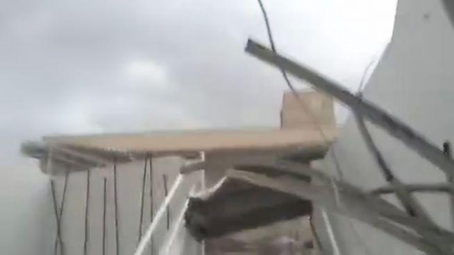 Krasser Sturm: Wind reißt Dach vom Haus