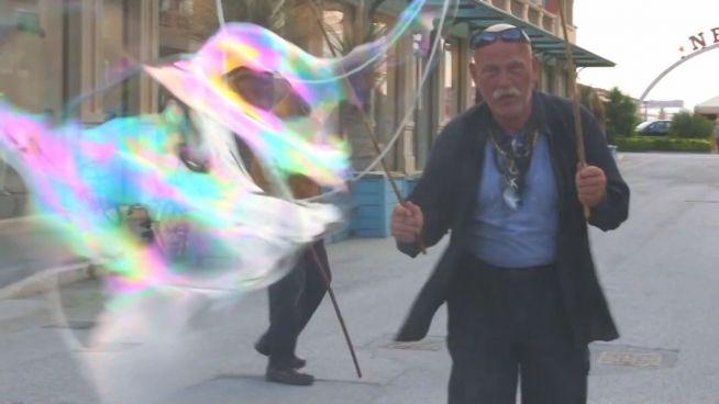 Obdachlos, aber nicht arm: Der Seifenblasen-Mann